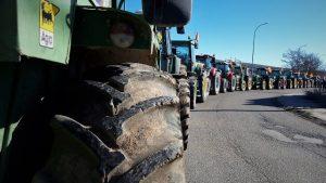 Los agricultores y ganaderos de Cubillejo se hacen ver en la tractorada