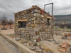 La Asociación de Agricultores reforma la caseta de la báscula con materiales tradicionales